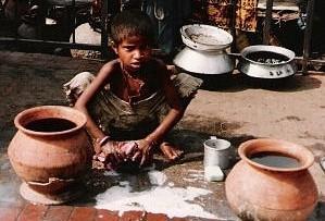 ダッカの道端で洗濯をする少女