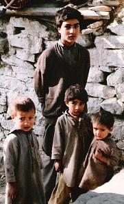 パキスタン山岳地方の男の子たち