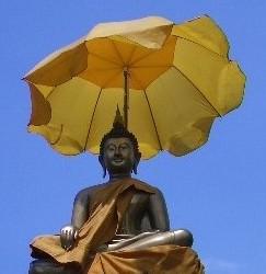 スリランカの傘さすブッダ