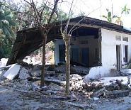 モルディブ被災地の壊れた家