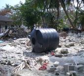 モルディブ被災地の倒れた雨水タンク