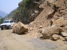 危機一髪。ブータンの土砂崩れはこんな巨石が落ちてくる。