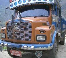 目が描かれているブータンのダンプカー