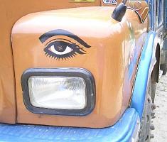 ブータンのダンプカーの目