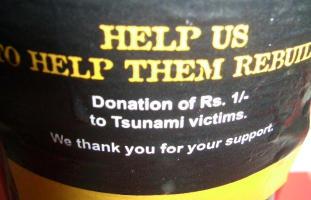 津波被害者に1ルピーの寄付をするという「ライオン・ラガー」の裏ラベル
